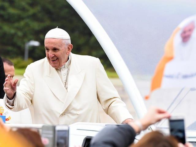 Papst winkt.
