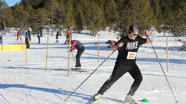 Jugendliche trainieren Langlauf am Jugendlanglauflager auf dem Glaubenberg.