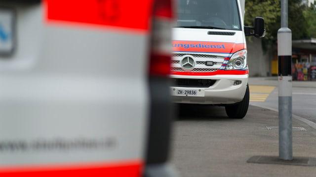 Ein Polizeiauto, dahinter eine Ambulanz.