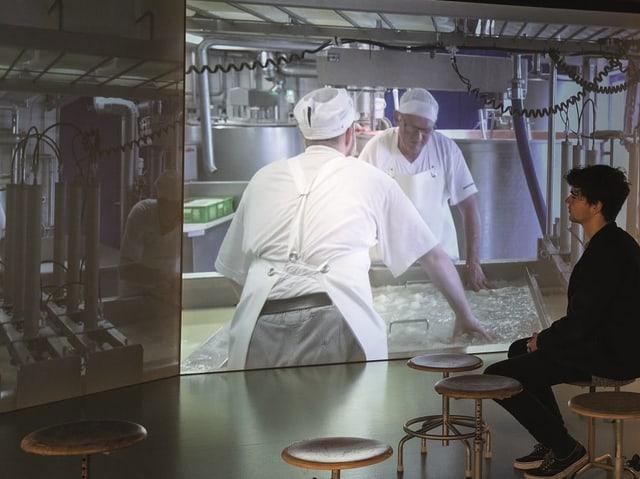 Ein Foto einer Filminstallation im Museum, die verschiedene Betriebe vorstellt.