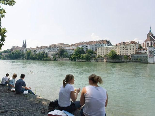 Menschen unterhalten sich am Rheinufer