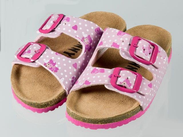 Ein Paar rosarote Kinder-Birkenstock-Imitat.