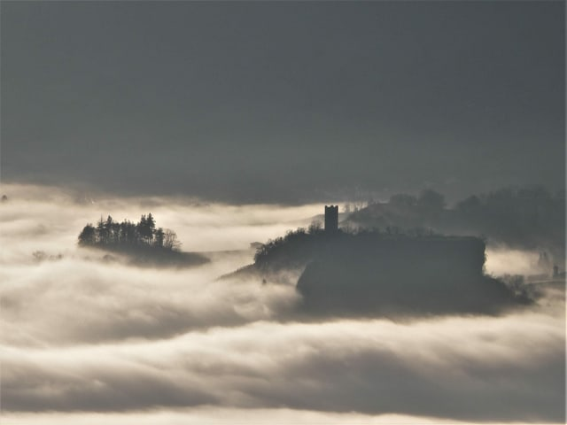 Nebelmeer mit Hügeln, die wie Inseln herausragen