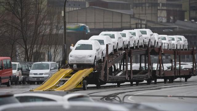 Autos bei Güterzug-Verladung nach der Einfuhr in die Schweiz.