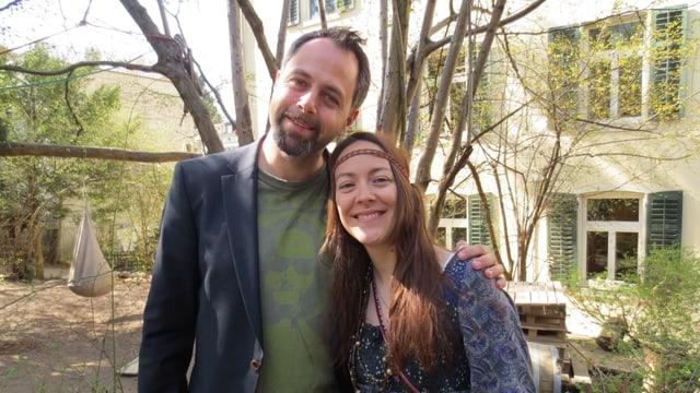 Michel Gammenthaler und Lisa Catena lächeln in die Kamera.