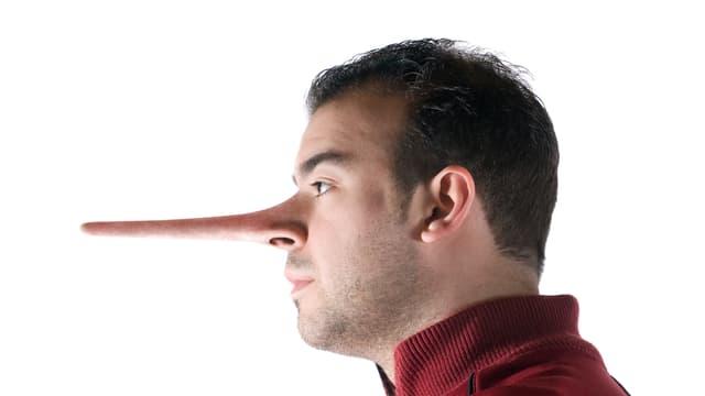 Einem Mann ist die Nase sehr lang gezogen, weil er gelogen hat.