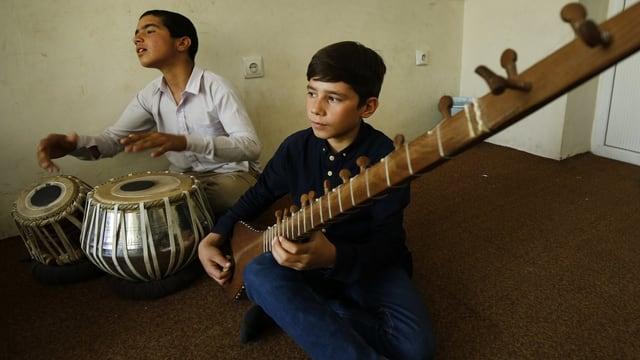 Zwei Buben in einer afghanischen Musikschule.