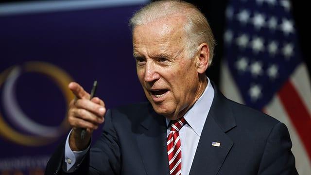Joe Biden durant in pled.