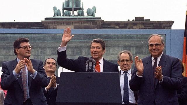 Präsident Ronald Reagan nimmt den Applaus von Bundestagspräsident Philipp Jenninger und Bundeskanzler Helmut Kohl nach seiner Rede entgegen.