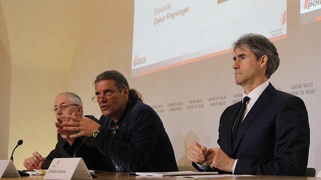 Staatsrat Oskar Freysinger präsentiert mit Michel Perrin und Christian Varone das neue Polizeigesetz.
