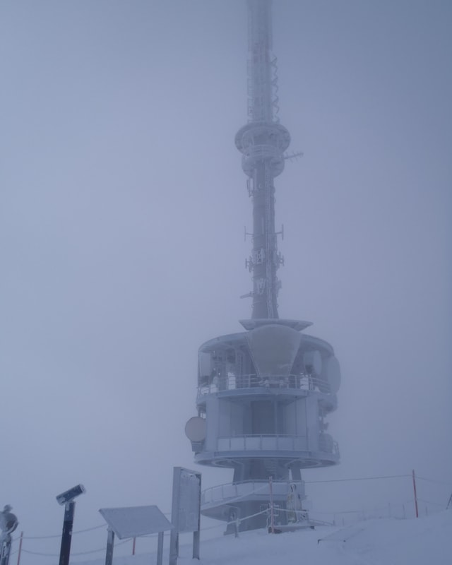 Der Radiosender auf der Rigi im dichten Nebel.
