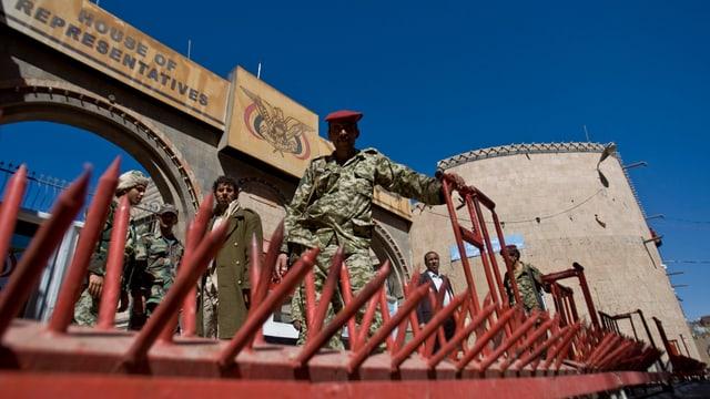Soldaten vor dem Parlament in Jemen.