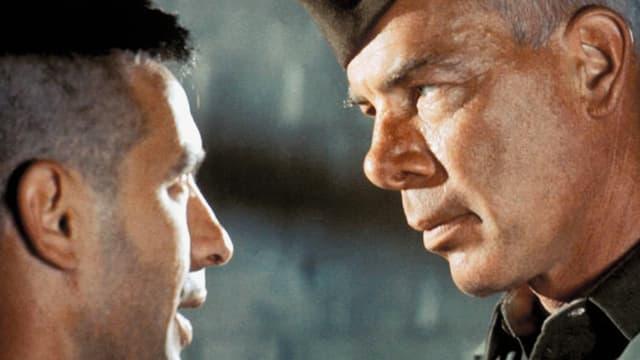 Zwei Männer stehen sich gegenüber.