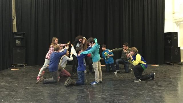 Las scolaras ed ils scolars da Castrisch durant l'inscenaziun.