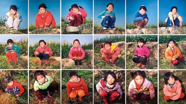 21 quadratische Fotos von Kindern, die jeweils auf einer Wiese kauern und in die Kamera schauen.