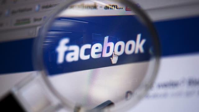 Lupe einem Facebook-Logo.