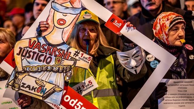 Eine Demonstrantin mit einem Plakat gegen Vucic