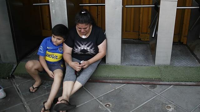 Mutter und Kind trauern vor der Bombonera