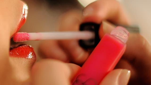 Lippen werden geschminkt