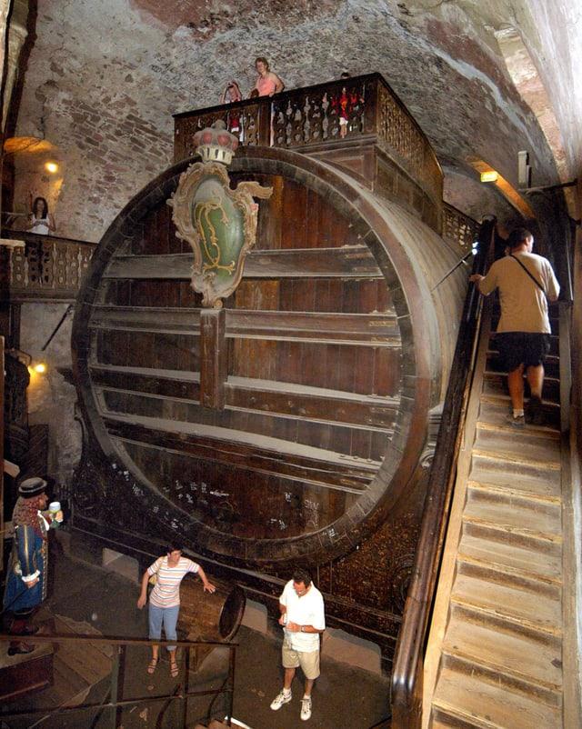 Ein riesiges Fass in einem Kellergewölbe.