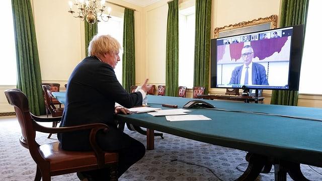 Leute bei einer Videokonferenz.