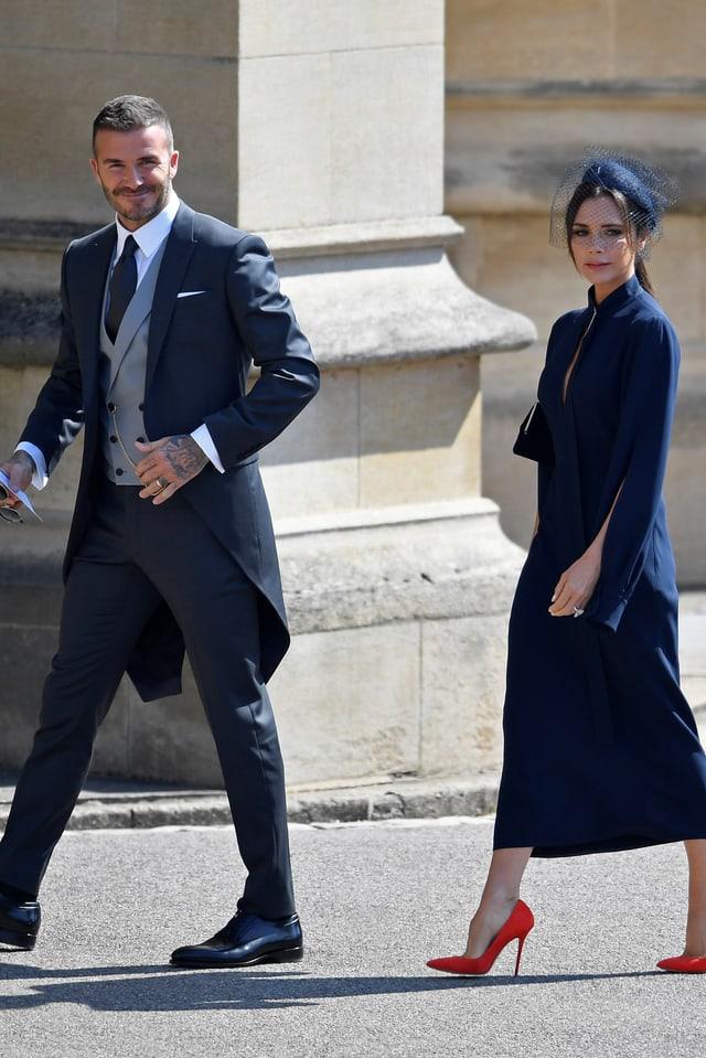 David Beckham im Frack und Victoria im dunkelblauen Kleid