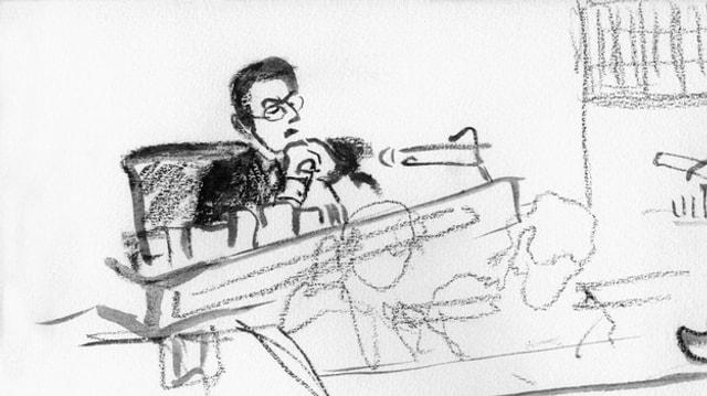 Eine Gerichtszeichnung eines Richters.