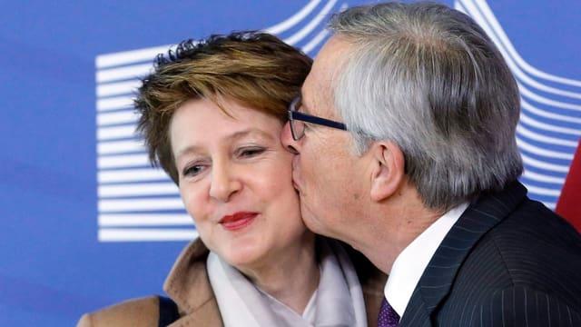 Jean-Claude Jucker küsst Simonetta Sommaruga.