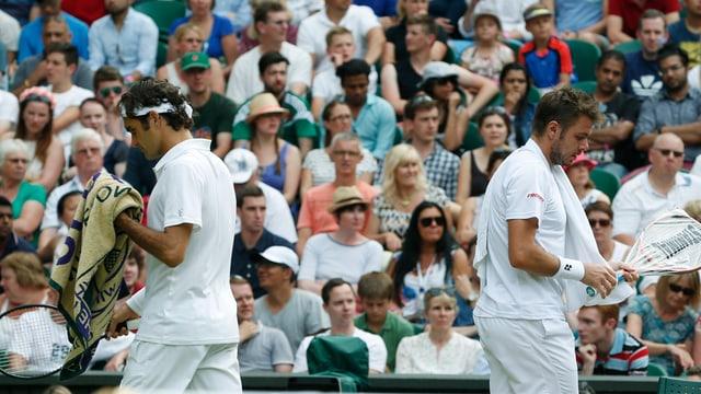 Roger Federer und Stan Wawrinka beim Seitenwechsel im Viertelfinal von Wimbledon.