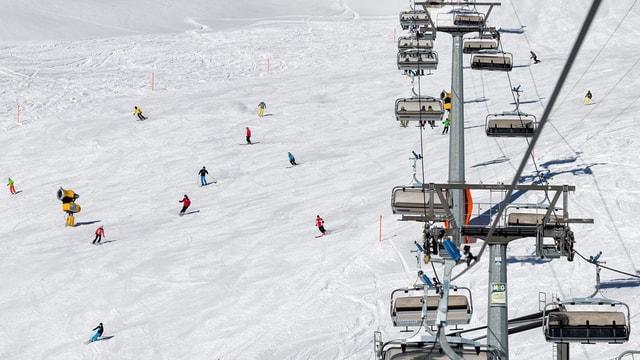 Territori da skis a Tavau - ins vesa la sutgera e bleras persunas che van cun skis sutor