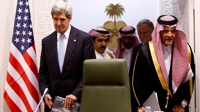Kerry und Saud al-Faisal stehend.
