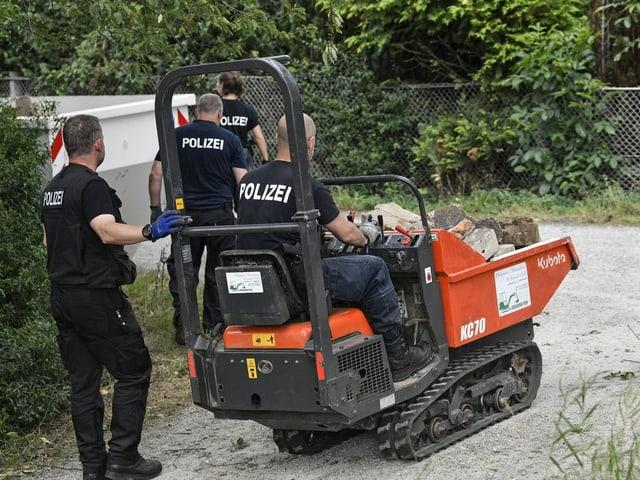Ermittler mit Bagger auf einem Gartengelände in Hannover.