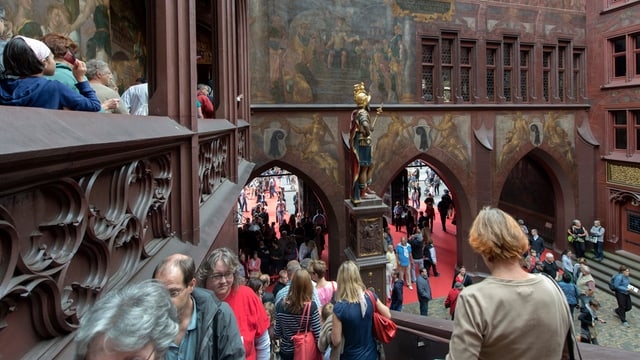 Menschen im Innenhof des Basler Rathauses
