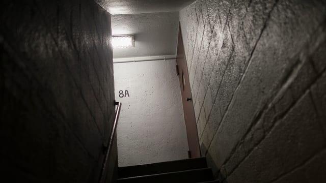 Ein dunkles Treppenhaus