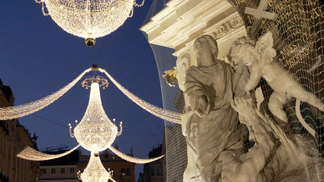 Übergrosse Kronleuchter als Weihnachtsdekoration hängen über der Shoppingmeile Graben in Wien.