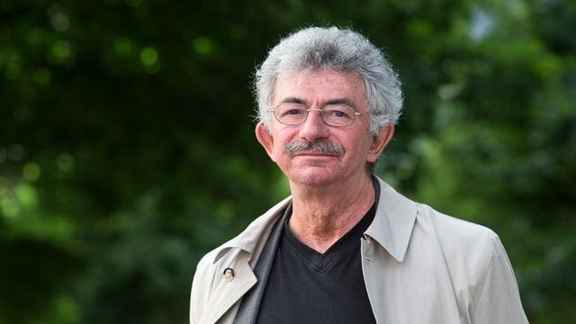 Portraitfoto vor grünem Hintergrund