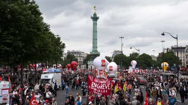 Ils demonstrants èn sa rimnads sin la place de la Bastille.