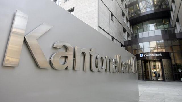 Eingang zur Kantonalbank in Aarau. Hinten Drehtüre vorne grosses Schild mit Aufschrift Kantonalbank.