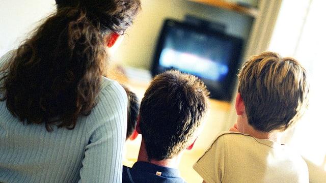 Mutter mit zwei Buben vor dem TV