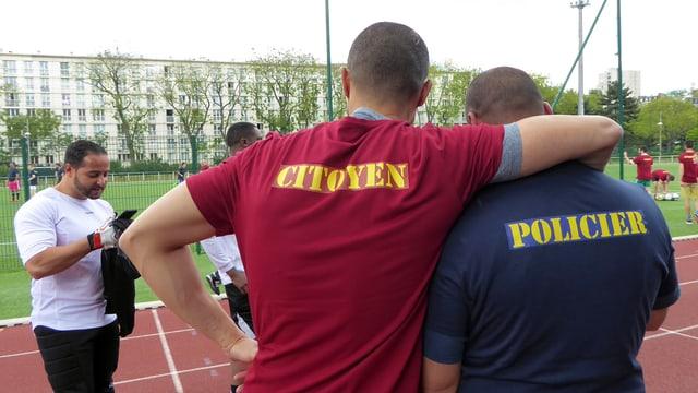 Zwei angehende Polizisten tragen Shirts mit dem Aufdruck «Bürger» und «Polizist».