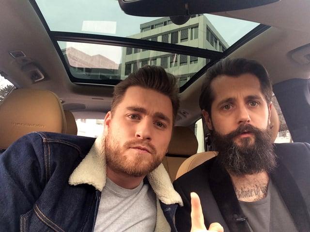 Baschi und Andi Rohrer im Auto.