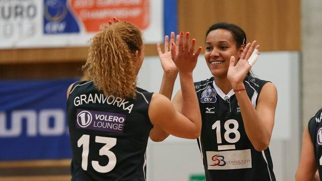 Ines Granvorka (l.) und Nneka Onyejekwe freuen sich über Voleros Titel.