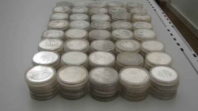Gestapelt auf einem Tisch: die deutschen Euro-Gedenkmünzen