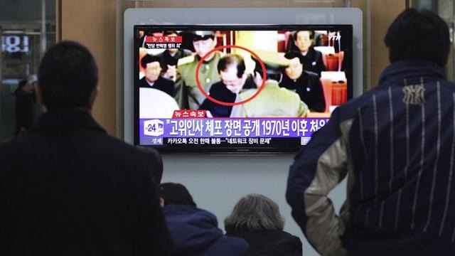 Nordkoreaner beobachten die Verhaftung im Fernsehen