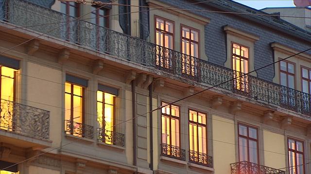 Fassade mit erleuchteten Fenstern.