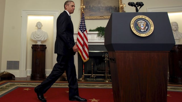 Obama läuft zu einem Rednerpult
