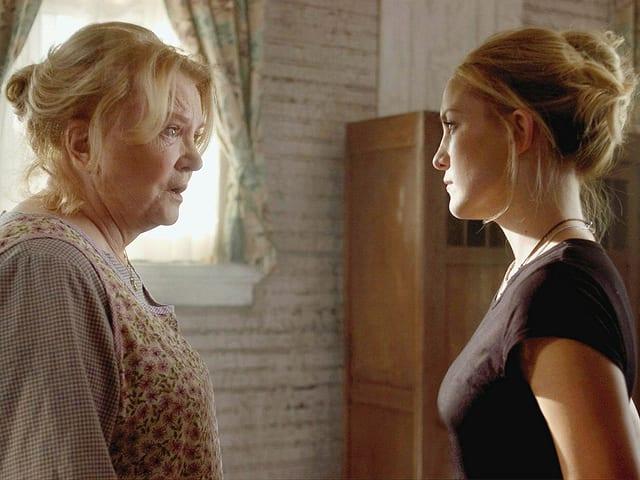 Auftraggeberin mit einem Geheimnis: Gena Rowlands als Violet Devereaux, Kate Hudson als Caroline Ellis