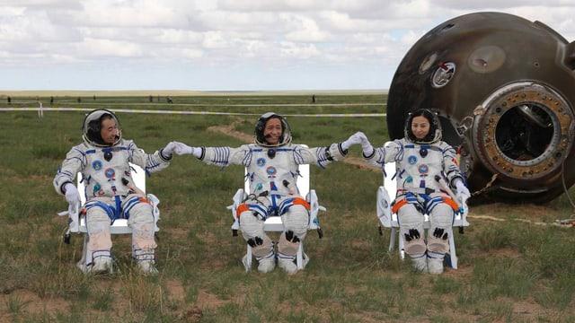 Die drei Taikonauten nach ihrer Landung in der Inneren Mongolei im Norden Chinas.