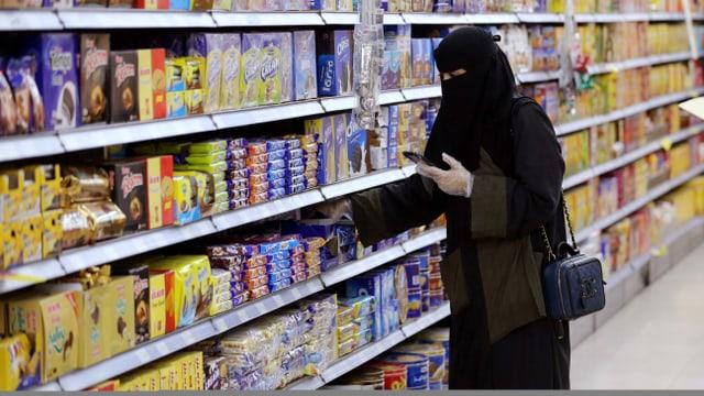 Frau kauft in Saudi-Arabien ein