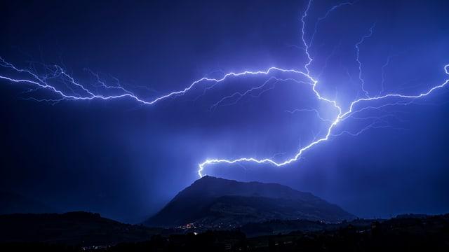 Eindrucksvoller Blitz am Nachthimmel